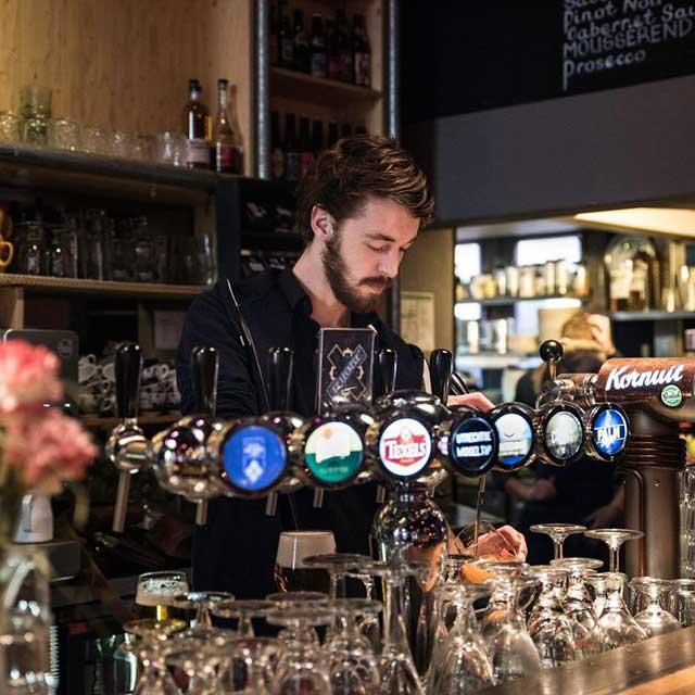Gierend achter de bar tijdens één van onze comedynights, vliegend over het mooiste terras van Utrecht of jezelf ontpoppen tot ware speciaalbier-expert? Als bediening/barmedewerker doe je het allemaal!